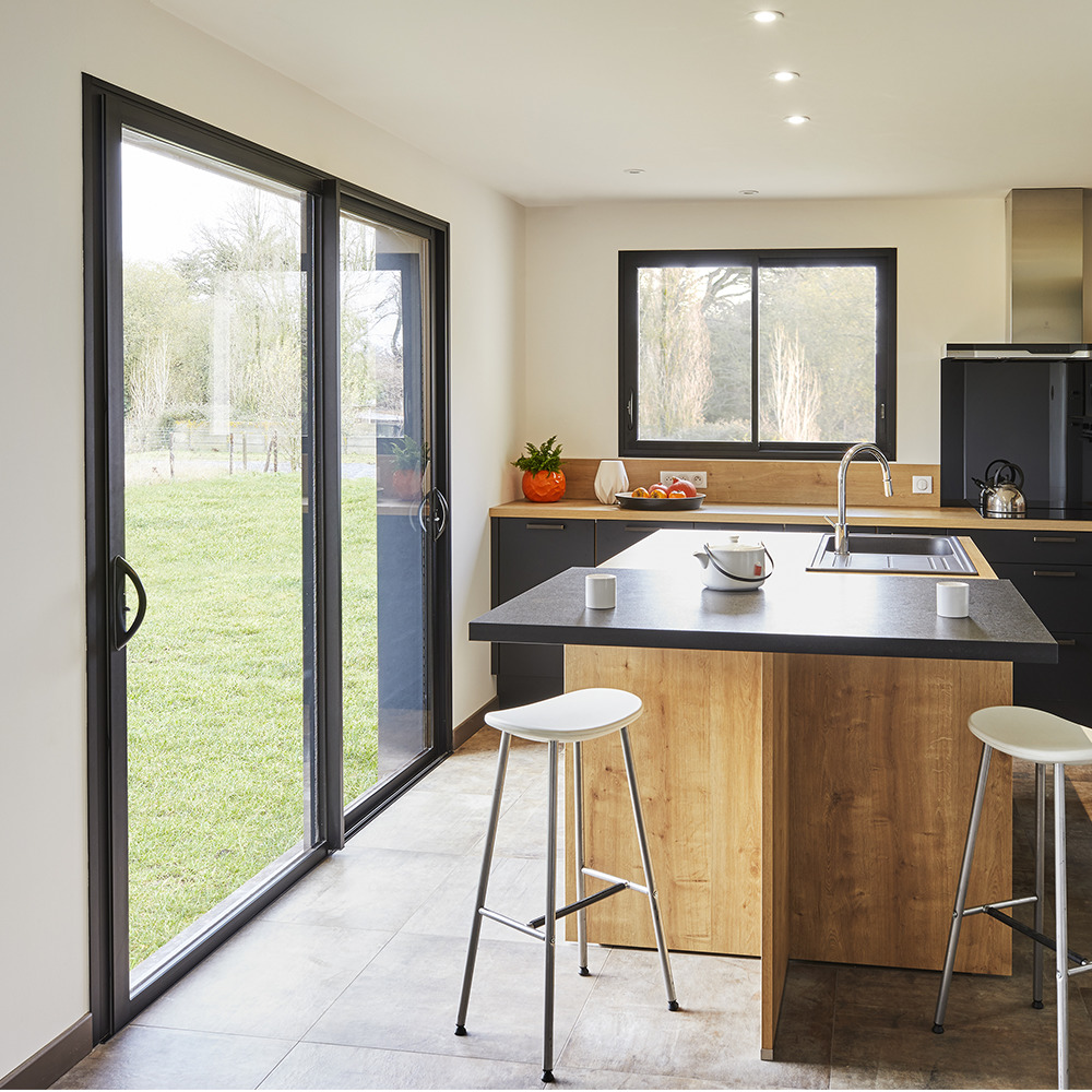 Cuisine moderne avec baie vitrée et fenêtre coulissante