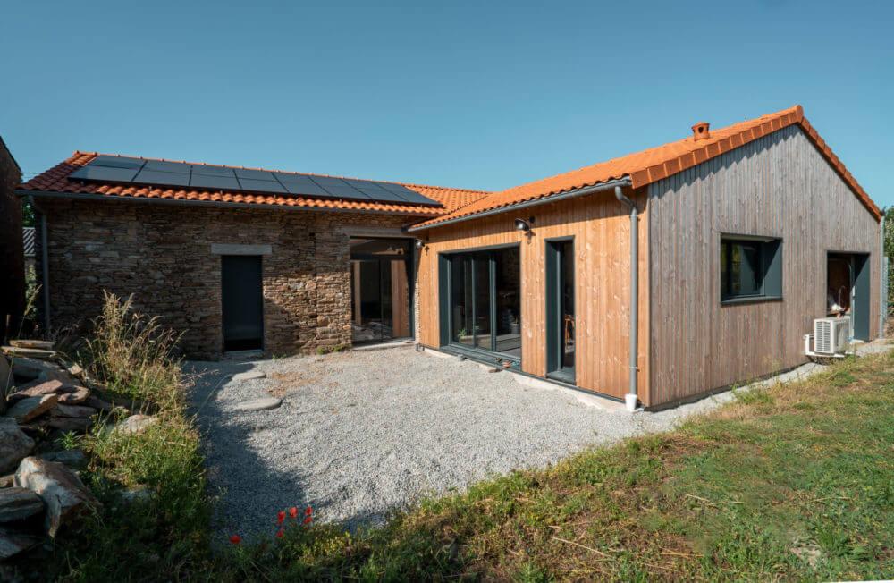Maison rénovée longère en pierre et extension en bois