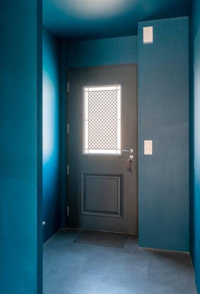 Porte d'entrée Blennie avec mur et plafond bleu