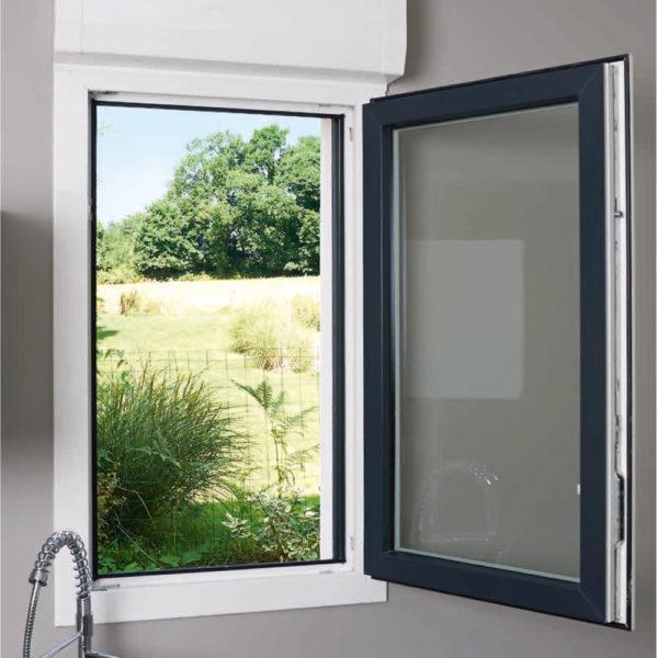 Fenêtre de cuisine ouverte sur jardin