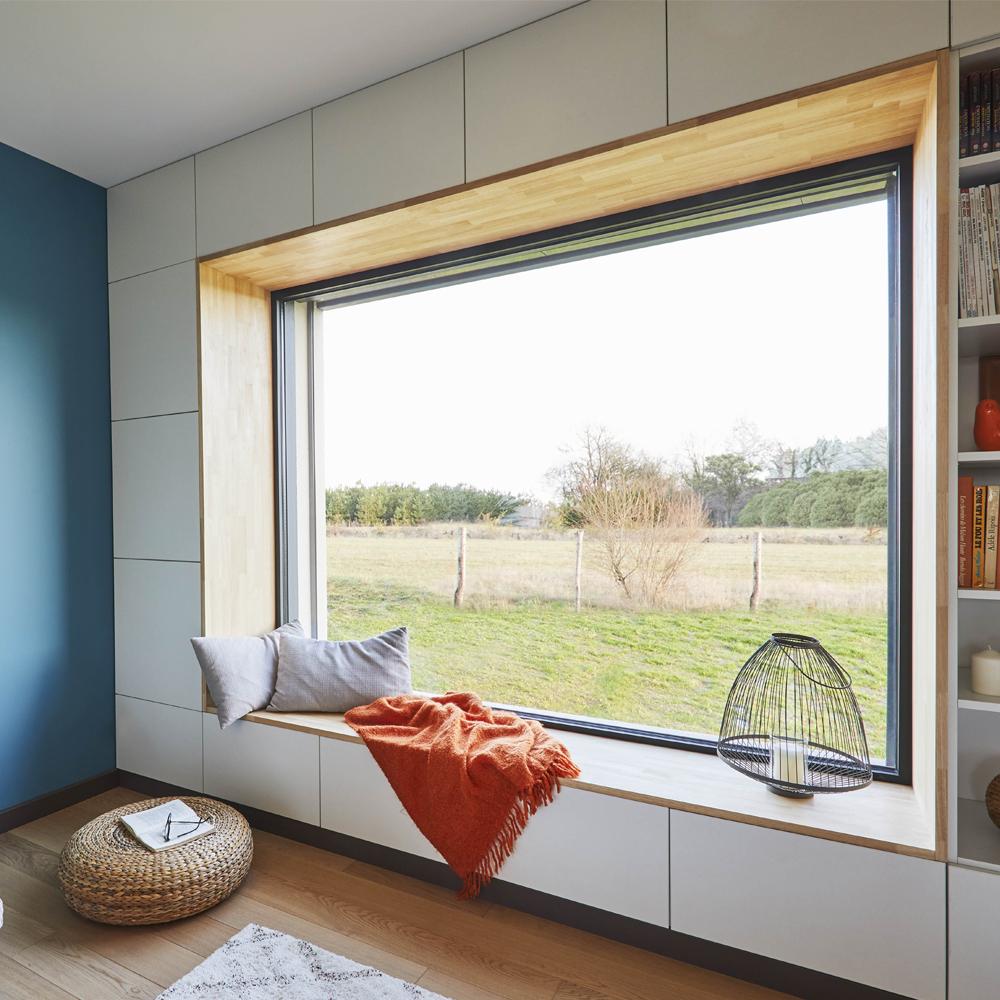 Fenêtre fixe avec rebord en bois pour se détendre
