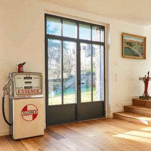 Porte fenêtre grise dans intérieur contemporain