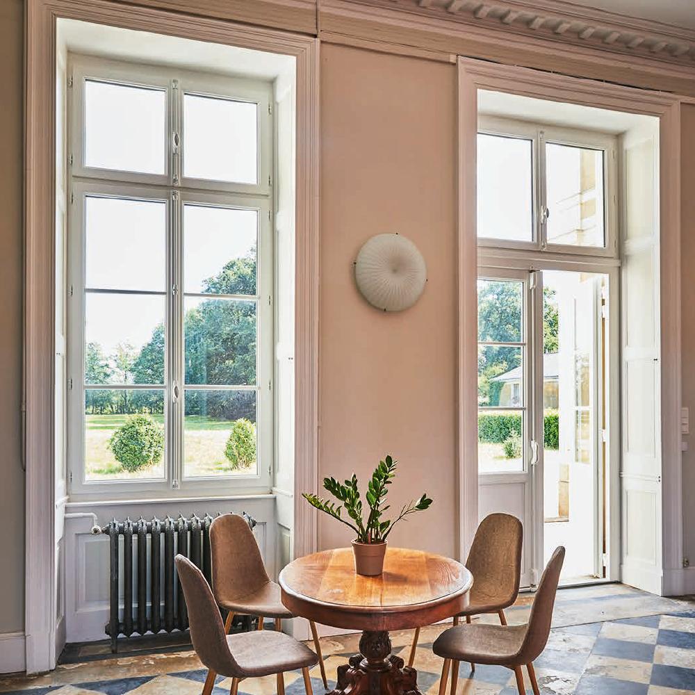 Fenêtre de style ancien dans vieille demeure